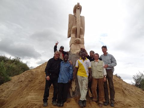 Bildhauer und Schmiede mit Skulptur auf dem Empelder Kaliberg